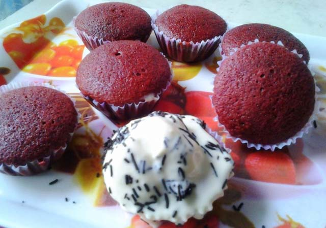 red velvet cupcakes, spongy red cakes, red cake, red muffins recipe, homemade cupcakes, easy cupcakes, red velvet cupcakes