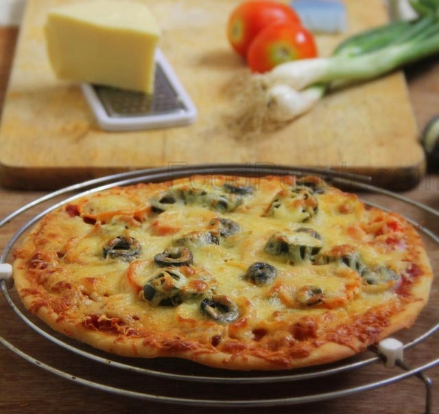 pizza recipe, vegetarian pizza, Italian food, Italian pizza, pizza margarita, pizza, think crust recipe, thin crust pizza dough, homemade pizza, thin crust pizza base recipe, homemade skinny pizza
