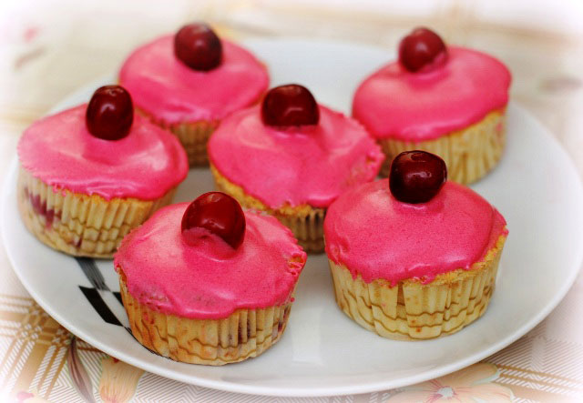 vanilla cupcakes, cupcakes wit cream cheese frosting, vanilla cupcake with pink topping, ping cupcake, muffins, cupcakes, vanilla cupackes with cherries, cakes, muffins