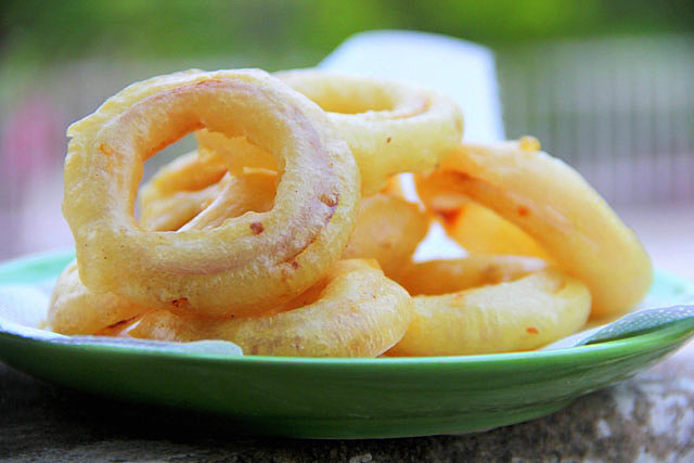 chili onion rings, fresh and crunchy onion rings, onion pakoda, pyaaz pakoda, onion rings, perfect eggless onion rings, eggless onion rings, crunchy eggless onion rings, monsoon snack, fried monsoon snacks, rainy day snacks, snacks, finger chips, onion chips, fried food