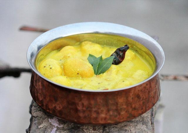 indian kadhi pakoda recipe, kadhi recipe, punjabi kadhi, gujrati kadhi, mahrashtrian kadhi, kadhi badi, indian curd gravy, indian tempered yogurt gravy with dumplings, indian yogurt curry, yogurt curry with dumplings, chickpea and curd curry, chickpea dumplings in gravy, mellow indian gravy, tangy indian gravy, dahi kadhi, dahi pakoda, kadhi , vegetarian recipe, indian veg curry