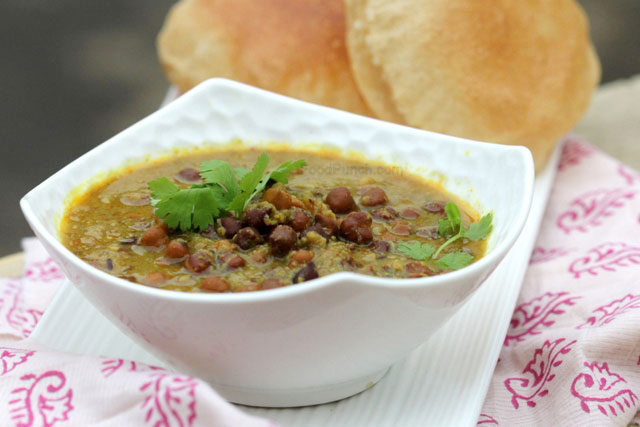 Black Chickpeas Curry (Ghugni) Recipe, bihari recipe, ghughri recipe, ghughni recipe, ghugni recipe, how to make ghugni, black chickpeas curry, chane ki subji, kaley chaney ki sabji, healthy curry, traditional indian recipe, indian cooking, chickpea curry with poori, kale chaney ke choley, choley, indian choley, indian